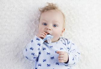 Bébé et sa sucette bébé